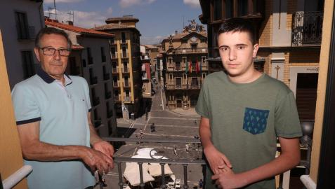 José Ignacio Zabalza Casla junto a su nieto Asier Zabalza Mendive, asomados al balcón de la calle Calceteros, con vistas a la Plaza Consistorial.