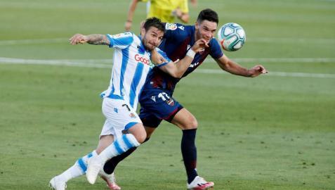 Portu y Vukcevic pelean por el balón en el partido de este lunes.