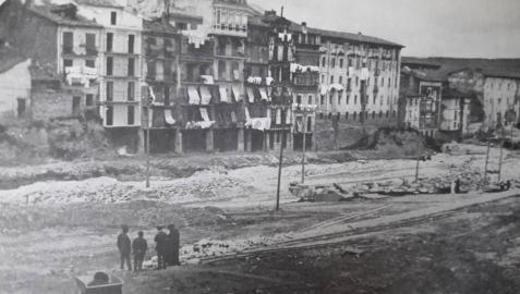 La muralla ya derribada, en 1921. A la izquierda, el sitio donde se colocó la primera piedra.