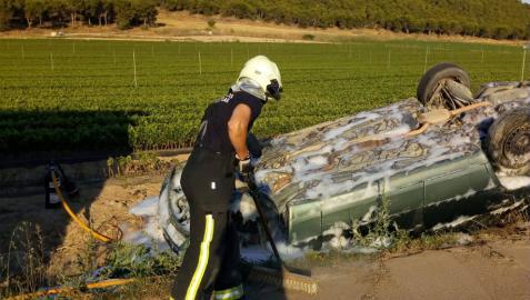 Un bombero, en el lugar del accidente en Falces.