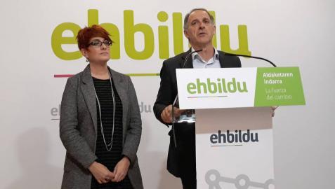 Adolfo Araiz y Bakartxo Ruiz, parlamentarios de EH Bildu, en la rueda de prensa.