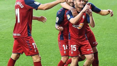 Enric Gallego, Rubén García y David García abrazan a Toni Lato, tras su tanto en Mendizorroza.