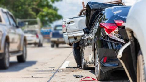 Vista de un coche accidentado por alcance de otro que circulaba a una velocidad mayor de la permitida