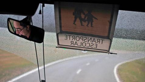 Los alumnos mayores vigilarán a los pequeños en el autobús escolar