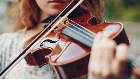 Imagen de una violinista ejecutando una pieza