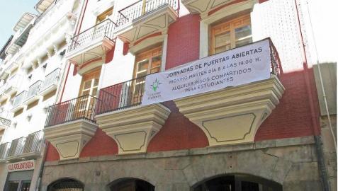 Un inmueble del año 1400, en el número 40 de la calle San Antón, supone el estreno de la firma Lloguering Students en Pamplona, que oferta un total de 8 apartamentos con 3 habitaciones cada uno, dotados con las últimas
