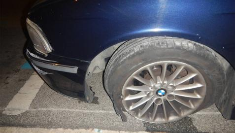 Estado en el que quedó la rueda del coche tras el accidente.