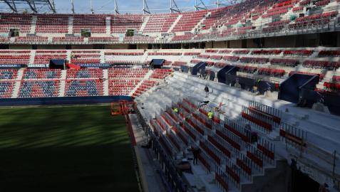 La nueva imagen de Graderío Sur, a la derecha, con la instalación de los 'rail seat' este lunes por la tarde.