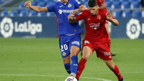 Jonathan Calleri pugna por controlar el balón con el centrocampista serbio Maksimovic.