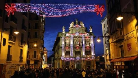 Pamplona estrenó el día de San Saturnino la nueva iluminación navideña con colores sanfermineros