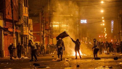 Dos fallecidos y decenas de heridos por la represión policial en Perú