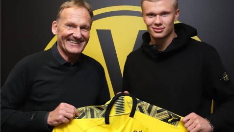 El noruego Erling Haaland posa con la camiseta de su nuevo club.