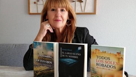 Amaia Oloriz Rivas junto a sus tres últimas novelas.