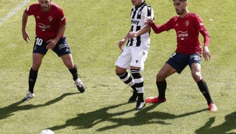 Roberto Torres y Nacho Vidal rodean a Bardhi.