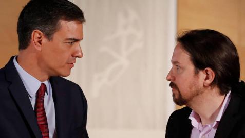 El presidente del gobierno Pedro Sánchez (i) y el líder de Podemos Pablo Iglesias.