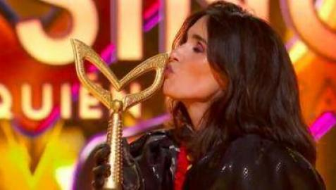 Imagen de Paz Vega besando la Máscara de Oro tras ganar Mask Singer España como Catrina