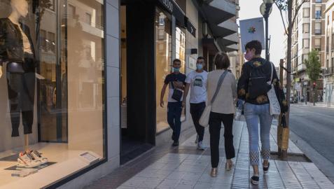 Varias personas pasean con mascarilla por una calle de Tudela