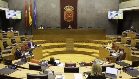 Imagen de la reunión que esta mañana ha celebrado la Mesa y Junta en el salón de plenos del Parlamento. Cedidas por la Cámara foral.