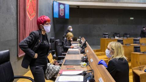 La consejera Santos Induráin habla con la portavoz socialista Patricia Fanlo antes del inicio de una sesión parlamentaria.