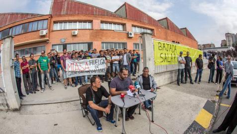 Trabajadores de Miasa en la puerta de la empresa, durante una rueda de prensa anterior.