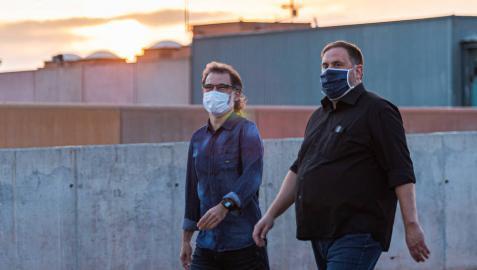 Jordi Cuixat (izquierda) y el líder de ERC, Oriol Junqueras, salen de la prisión de Lledoners.