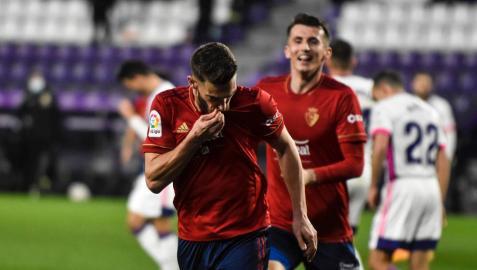 Roberto Torres se besa el escudo tras su gol ante el Real Valladolid