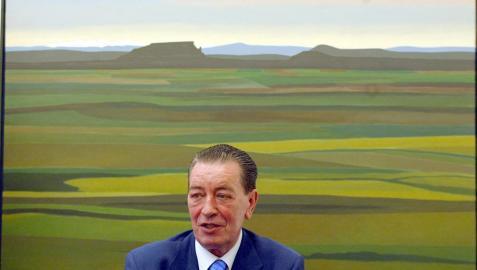 RafaelGurrea, en su despacho del Parlamento de Navarra, con un paisaje del pintor navarro Pedro Salaberri de fondo.