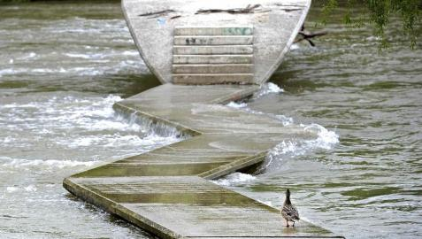 Las lluvias obligan a cerrar la pasarela de peatones del Arga