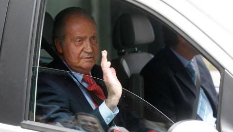 Imagen de archivo del rey Juan Carlos diciendo adiós desde el interior de un coche