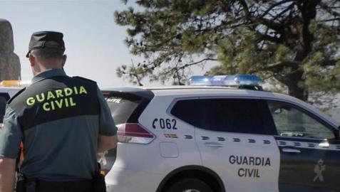 Un guardia civil junto a su vehículo, en una detención anterior