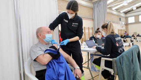 Fotos de la vacunación de los mayores de 80 años en Pamplona. Este sábado han vacunado en el polideportivo de Azpilagaña