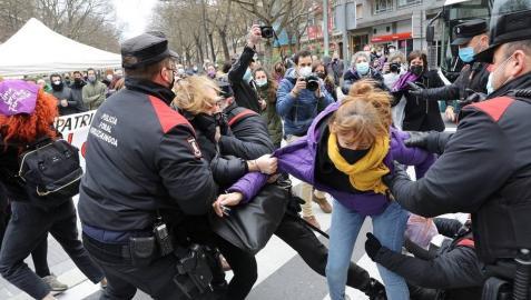 Varias mujeres se encadenan en el Parlamento, y una de ellas acaba detenida
