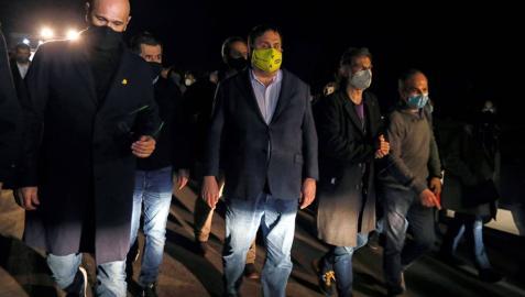 Seis de los presos del procés, Raül Romeva, Jordi Sànchez, Joaquim Forn, Oriol Junqueras, Jordi Cuixart y Jordi Turull, a las puertas de la cárcel de Lledoners antes de su entrada a prisión.