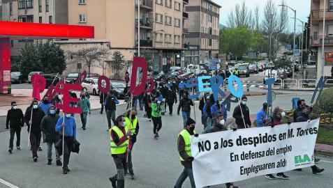 Los trabajadores de MTorres marcharon ayer hasta el Ayuntamiento de Noáin para protestar por los despidos.