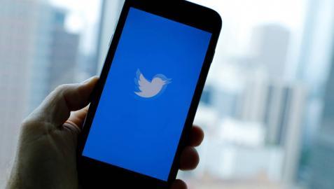 Un móvil con la aplicación de Twitter