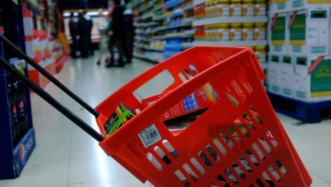 Una cesta de la compra en un supermercado.