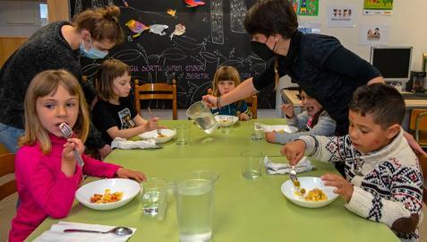 Escolares del colegio de Ancín este lunes en el comedor del centro.