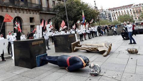 Acto de Sortu con las estatuas decapitadas sobre el suelo.