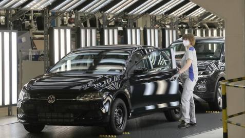 Tras seis semanas de parón, la producción de coches retornó este 27 de abril a Landaben.