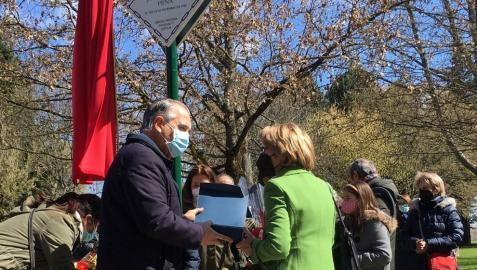 Colocación de una placa en homenaje a una víctima de ETA en Pamplona.