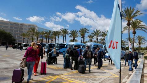 Turistas alemanes, a su llegada al aeropuerto de Palma de Mallorca