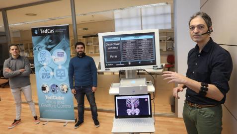 Julen Merchán Flores, ingeniero informático; Alejandro Jiménez Cornago, ingeniero de telecomunicaciones, y Jesús Pérez Llano, presidente de Tedcas, con el brazalete con el que maneja el 'TedCube'.