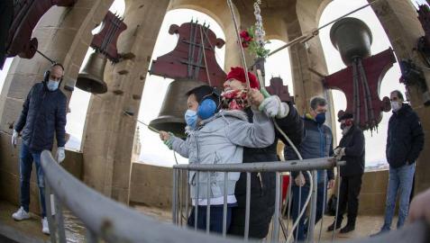 El grupo de campaneros de la Catedral de Pamplona se formó en 2011 y desde entonces se reúnen alrededor de 40 veces al año para bandear, tañer y repicar a la campana María, reina de la catedral, y sus hermanas de ambas torres