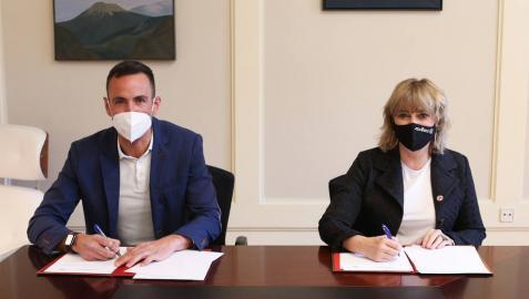 La consejera de Relaciones Ciudadanas, Ana Ollo, y el director de la Fundación +34, Francisco Javier Casado, en la firma.
