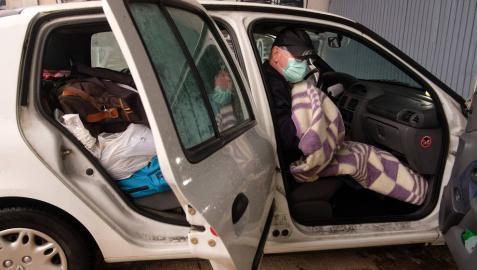 Tras mes y medio en el coche, Javier durmió en una cama