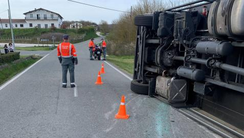 Dos mujeres consiguen escapar del vuelco de un camión en Larraintzar