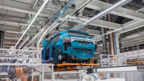 Un Volkswagen T-Cross en la línea de montaje de Volkswagen Navarra.