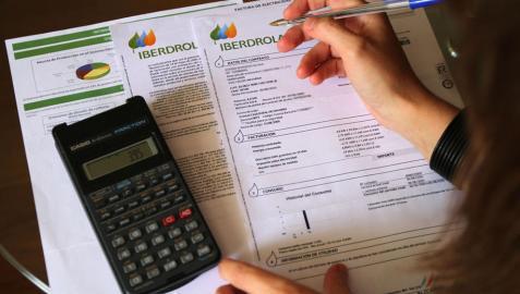 La factura de la luz incorpora un 'peaje' de 30 euros de media a cada cliente hasta diciembre