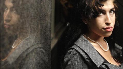 Su talentosa voz en el mundo del soul la catapultó al éxito en 2003, con su primer álbum, Frank. Back to Black (2007) la convirtió en una estrella conocida a nivel internacional, ganadora de cinco premios Grammy. Los excesos de su vida personal invadieron una prometedora carrera profesional que culminó el sábado con el fallecimiento de la cantante inglesa Amy Winehouse en su piso de Camden Town, al norte de Londres. Tenía 27 años.