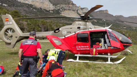 El montañero es atendido por los servicios de emergencia antes de ser trasladado.